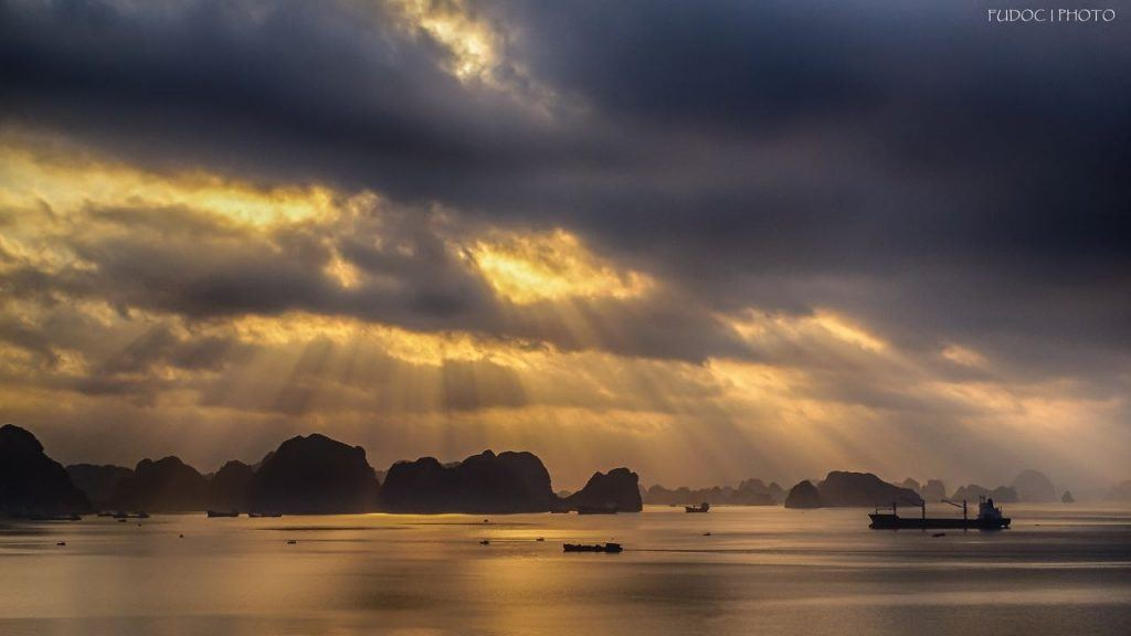 Guide to Vietnam take a boat around Ha Long Bay