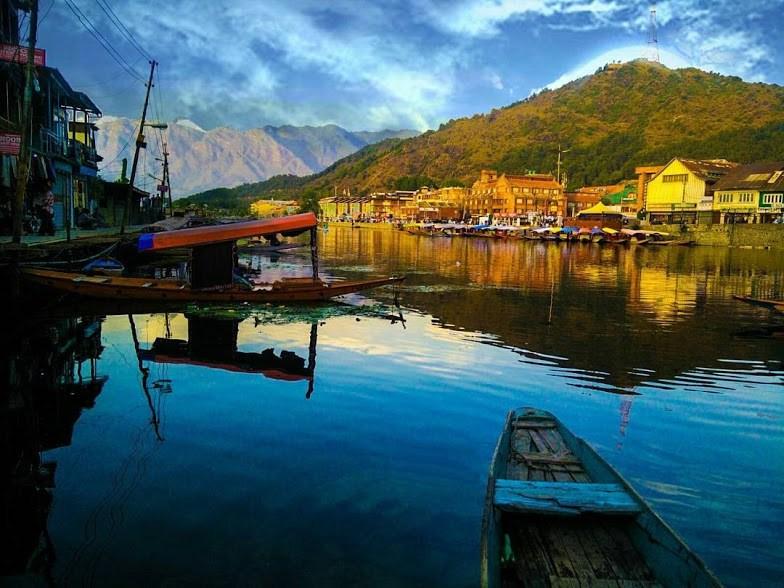 boats on the lake at srinagar, daring adventure in Kashmir
