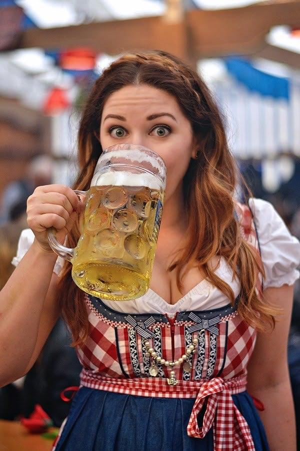 Frühlingsfest girl drinking beer